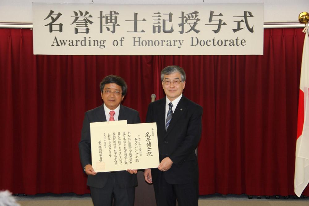 Nguyên Giám đốc ĐH Đà Nẵng nhận bằng tiến sĩ danh dự của Đại học Công nghệ Nagaoka