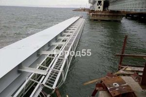 Cây cầu nối Nga với bán đảo Crimea gặp sự cố: Một phần đường sắt rơi xuống biển