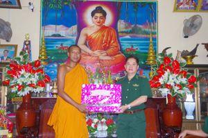 BĐBP Sóc Trăng tặng quà các chùa Khmer nhân dịp lễ Sene Đôlta