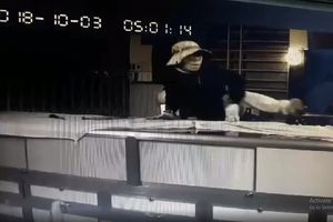 Đồng Nai: Camera ghi hình ảnh tên trộm cắt cửa sổ, trộm 100 lượng vàng