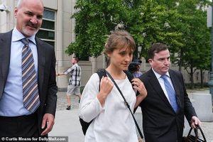 'Trùm giáo phái tình dục' Allison Mack ngưng cười sau khi hứng chịu cơn giận dữ của thẩm phán