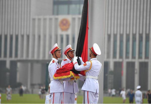 Thượng cờ rủ tại Quảng trường Ba Đình, bắt đầu 2 ngày Quốc tang cố Tổng Bí thư Đỗ Mười