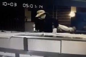 Clip: Táo tợn xông vào tiệm kim hoàn trộm 100 lượng vàng ở Đồng Nai