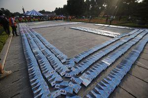 Một trăm bạn trẻ xếp domino 3000 cuốn sách trước cổng Hoàng Thành Thăng Long