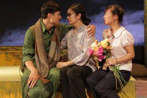 'Hà Nội nổ súng, nhưng Hà Nội vẫn nở hoa, hoa nở ngay nách hầm'