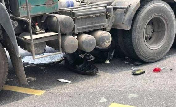 Xe máy lọt gầm xe đầu kéo,1 phụ nữ tử nạn