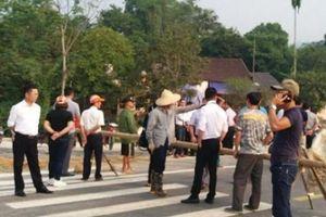 Người dân chặn đường BOT Hòa Lạc - Hòa Bình
