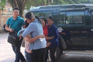 Bàn giao hai thiếu nữ bỗng dưng mất tích nhiều ngày cho gia đình