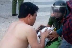 Clip: CSGT Thanh Hóa cởi áo cầm máu cho người bị nạn
