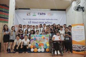Trao học bổng cho học sinh nghèo vượt khó