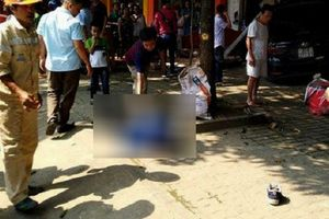 Ô tô đâm tử vong người đi xe máy rồi lao thẳng vào cửa hàng ven đường