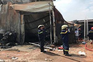 TP.HCM: Vựa phế liệu cháy ngùn ngụt, người dân ôm tài sản tháo chạy