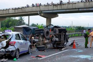 Xe con đối đầu xe tải, 2 người chết, 3 người trọng thương