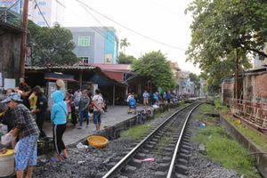Hiểm nguy chợ sát đường tàu ở Quảng Ninh