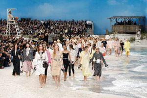 Biến bảo tàng thành bãi biển để diễn thời trang