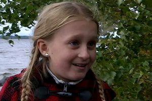 Bé gái 8 tuổi tìm thấy thanh gươm cổ tại hồ ở Thụy Điển