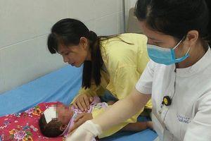 Tắm nước lá cây cho trẻ: Những biến chứng nguy hiểm