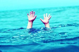 Trượt chân, 3 học sinh đuối nước tử vong