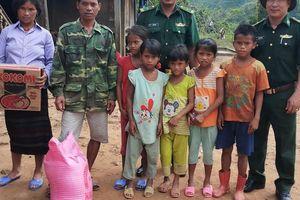 Băng rừng đưa 6 người con của người giữ biên cương về trường học tập