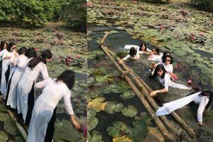 Chụp ảnh trên cầu tre, 8 cô gái 'gặp hạn' thê thảm không nỡ nhìn