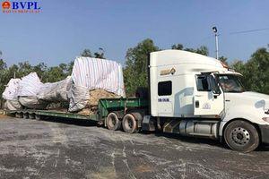 Không giấy phép lái xe, tài xế container chở cây 'khủng' qua mặt CSGT 4 tỉnh, thành
