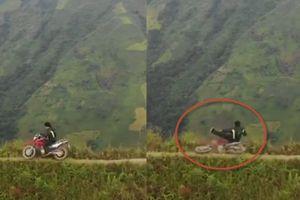 Clip phượt thủ té xe máy xuống đỉnh Tà Xùa cao 2.650m