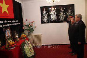 Thủ tướng Algeria viếng và ghi sổ tang tưởng nhớ nguyên Tổng Bí thư Đỗ Mười