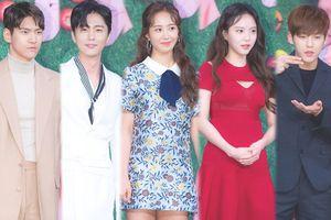 Họp báo 'Dae Jang Geum Is Watching': Yuri (SNSD) - Lee Yul Eum tươi tắn bên Shin Dong Wook và Lee Min Hyuk (BTOB)r