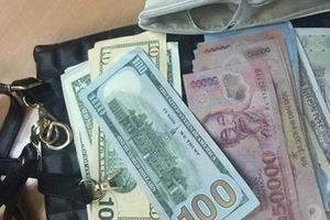 Nhân viên vệ sinh sân bay 'cầm nhầm' túi nữ trang của khách bị phạt 7,5 triệu đồng