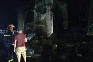 Xe container chở hàng chục tấn đường bốc cháy ngùn ngụt