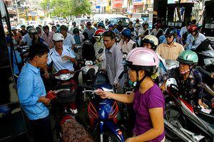 Tăng giá xăng dầu: Sức ép đè lên người dân và doanh nghiệp