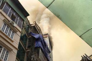 Cháy tại tòa nhà 5 tầng, nhiều người hoảng hốt