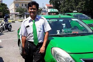 Khách chuyển dạ trên xe, tài xế dừng taxi bên đường đỡ đẻ