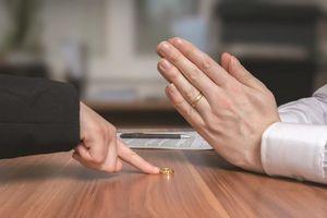 Đã nhường hết tài sản nhưng ly hôn vẫn bị gây khó dễ