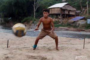 'Sân bóng' đầy kịch tính của trẻ vùng cao