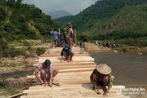 Bà con bản Thái góp gỗ làm cầu tạm