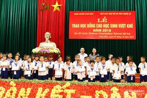 130 học sinh nghèo vượt khó tại Nam Đàn được trao học bổng