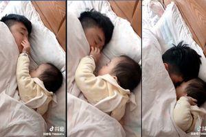 Lịm tim với màn đánh thức bố ngọt ngào của cô con gái bé nhỏ