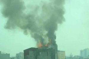 Hà Nội: Đang cháy dữ dội quán karaoke 8 tầng, lửa bốc rất cao