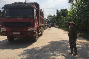 Thừa Thiên Huế: Doanh nghiệp 'đùn đẩy' trách nhiệm, dân bức xúc lập rào chắn chặn xe