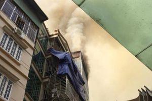 Ngôi nhà 6 tầng trên phố Núi Trúc bốc cháy dữ dội trong lúc chủ đi vắng