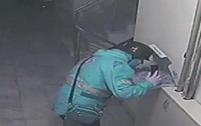 Nhổ nước bọt vào bánh pizza của khách, shipper đối mặt 18 năm tù