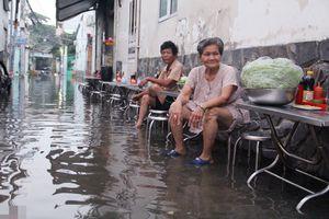 'Sài Gòn mùa nước nổi' - Người dân thức trắng đêm tát nước, thủy triều dâng cao nhấn chìm cuộc sống trong nước