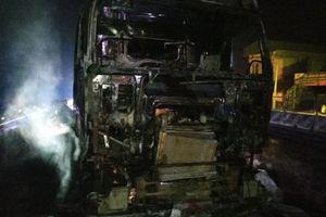 Đang chạy trên đường, xe container bốc cháy ngùn ngụt trên QL1A