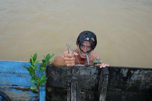 Giáp mặt 'thợ săn' tôm càng xanh trên sông Đồng Nai