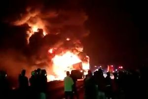 Xe container chở 32 tấn mủ cao su bùng cháy dữ dội