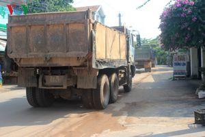 Người dân ở Quảng Bình ngăn đường chặn xe ben, giao thông ách tắc