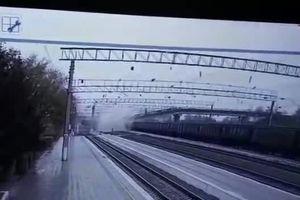 Cầu đường bộ đổ sập ngay phía trên đường ray ở Nga