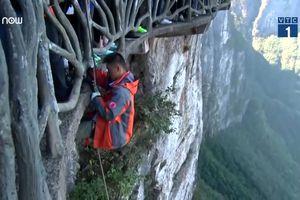 Người chuyên đu dây dọn rác trên vách núi cao 1.500m cực nguy hiểm