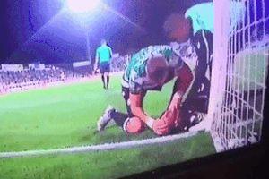 Cựu cầu thủ Liverpool nhanh trí cứu mạng thủ môn bị nuốt lưỡi